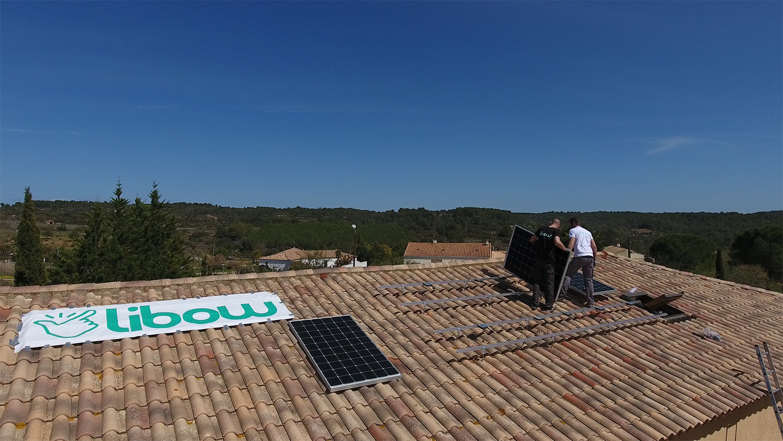 Pose de panneaux solaires en surimposition sur toiture inclinée par Libow