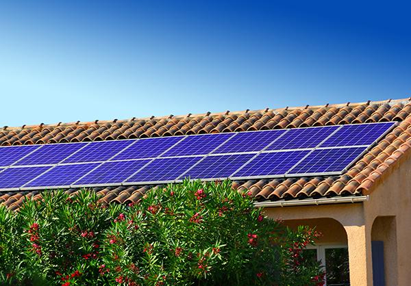 Panneaux solaires intégrés au bâti.