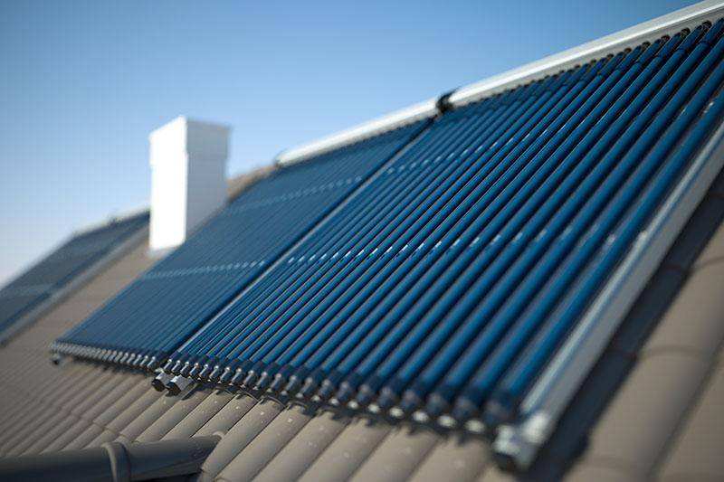 Installation de panneaux solaires thermiques.