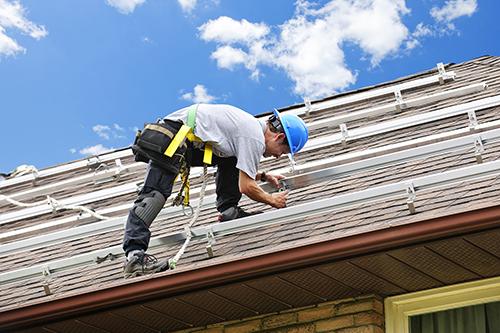 Intégration en surimposition de panneaux photovoltaïques par un artisan solaire