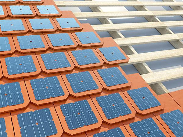 Installation inachevée de tuiles solaires