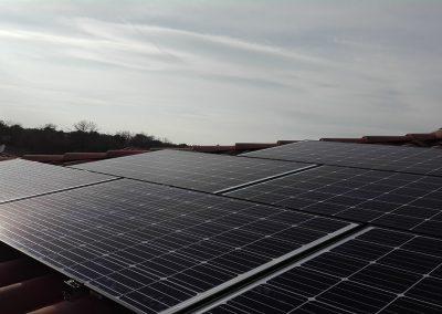 Photo de 6 panneaux sur 10 panneaux posés en tout, marque Q-CELLS G 4.1 en surimposition sur un pan de toiture au Crès (34) - Installation solaire photovoltaïque en autoconsommation réalisée par Libow en aout 2018