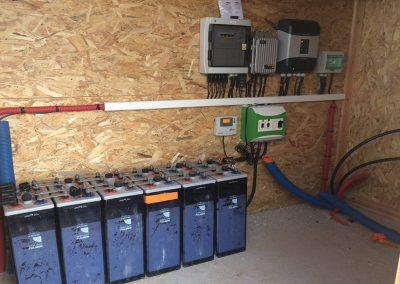 Installation solaire site isolé avec batteries plomb ouvert - image Libow ©
