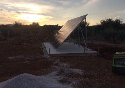 Structure au sol et Panneaux photovoltaïques pour un site isolé de 3 kWc avec 10 panneaux réalisé sur un site d'embouteillage vinicole par Libow près de Montpellier - vue latérale- photo Libow ©