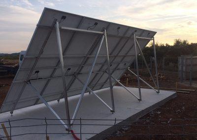 Structure au sol et Panneaux photovoltaïques pour un site isolé de 3 kWc avec 10 panneaux réalisé sur un site d'embouteillage vinicole par Libow près de Montpellier - vue arrière - photo Libow ©