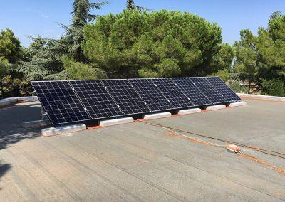 Installation solaire photovoltaïque en site isolé près de Montpellier - Panneaux sur toit terasse - 2,6 kWc - Avril 2018 - Photo Libow©
