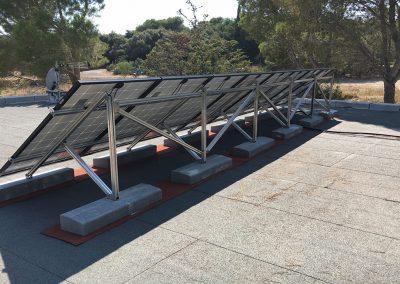 Structure sur toit terrasse et Panneaux photovoltaïques pour un site isolé de 2,4 kWc avec 10 panneaux réalisé sur un site non raccordé au réseau 100% autonome par Libow près de Montpellier - vue arrière - photo Libow ©