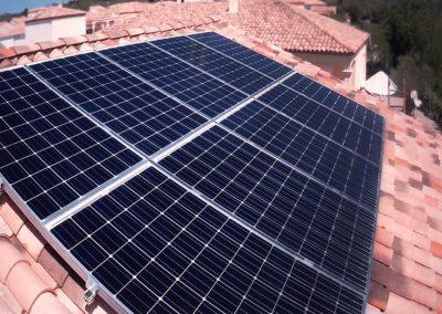 Installation solaire photovoltaïque terminée de 3 kWc sur une toiture de maison individuelle avec panneaux ALEO et Optimiseurs de Puissance SolarEdge chez un Particulier dans la ville de Saint-Geniès-de Fontedit. Image Libow. 2019©Installation-3-kWc-à-Saint-Geniès-de-Fontedit-en-juin-2018-avec-panneaux-ALEO-et-Optimiseurs-de-Puissance-SolarEdge-image-Libow-©
