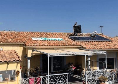 Montage des panneaux sur rails en surimposition sur une toiture de maison. Cette installation a été réalisé par l'installateur solaire Libow