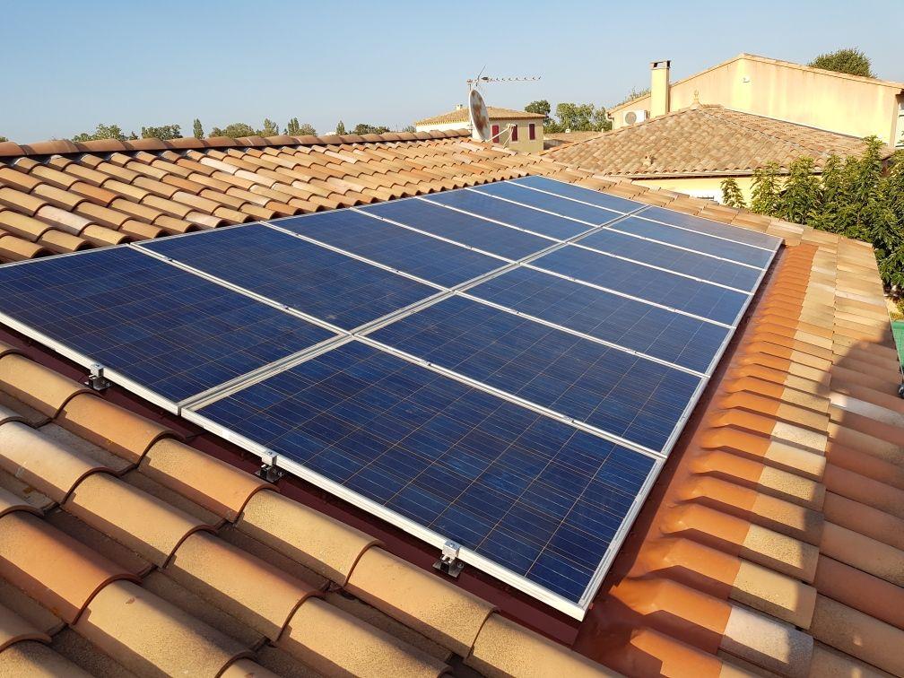 Photographie d'une toiture composée de 14 modules de panneaux solaires. Suite à une fuite sous panneaux photovoltaïques, les techniciens Libow ont entièrement démonté l'installation pour refaire l'étanchéité grâce à une pose de wakafex et de nouveaux systèmes de fixation. Cette réparation a été effectuée sur la maison d'un particulier à Montpellier en 2019