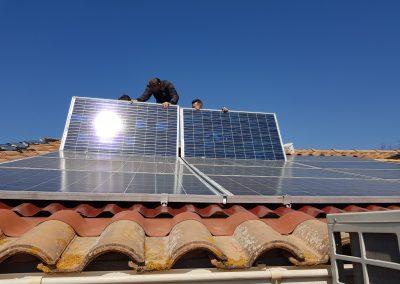 Repose d'une installation de panneaux solaires suite à une fuite sous panneaux solaire réalisée à Lieuran-lès-Beziers (34290), par Libow en avril 2019. Image Libow 2019©