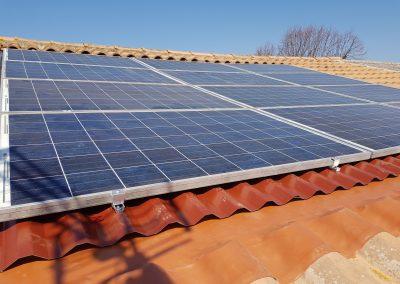 Repose d'installation de panneaux photovoltaïques suite à une fuite sous panneaux solaire réalisée à Lieuran-lès-Beziers (34290), par Libow en avril 2019. Image Libow 2019©