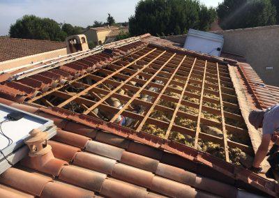 Charpente d'une toiture avant la pose de nouveaux bacs aciers suite à fuite sous panneaux solaires réalisée à Garons (30128), par Libow en juin 2019. Image Libow 2019©