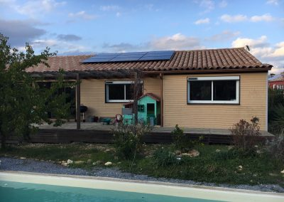 Photo représentant une installation solaire photovoltaïque sur une toiture de la maison d'un particulier , où l'on peut voir 9 modules posés en tout . Les modules solaires posés sont des Q.CELLS. Cette belle maison avec piscine fonctionne maintenant en autoconsommation.
