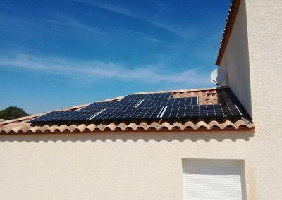 Photo représentant une installation en autoconsommation sur la toiture d'une maison d'un particulier à Espondeilhan (34290), où l'on peut voir 6 modules posés sur 9 en tout . Les panneaux solaires posés sont des SolarWatt d'une puissance de 315 Wc chacun. Nous pouvons apercevoir en arrière plan un ciel magnifiquement dégagé.