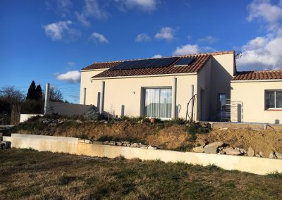 Photo représentant une installation solaire sur la toiture d'une maison d'un particulier à Plaisan (34230) en janvier 2019 . Les panneaux photovoltaïques sont de la marque Q-CELLS. Nous pouvons apercevoir en arrière plan un ciel ponctué de quelques nuages. mement bien avec la couleur ocre cette maison du sud de la France.