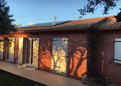 Photo représentant une installation en autoconsommation sur la toiture d'une maison d'un particulier à Teyran (34160) . Les panneaux solaires posés sont de la marque Q-CELLS. Les lueurs nous laisse deviner que cette photo à été prise une fin de journée d'été.