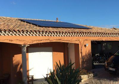 Photo représentant une installation en autoconsommation sur la toiture d'une maison d'un particulier à Montagnac (34530), où l'on peut voir clairement 10 modules posés . Les panneaux photovoltaïque sont de la marque Aleo et d'une puissance de 300 Wc chacun. Nous pouvons apercevoir en arrière plan un ciel d'un bleu azur, qui contraste extrêmement bien avec la couleur ocre cette maison du sud de la France.