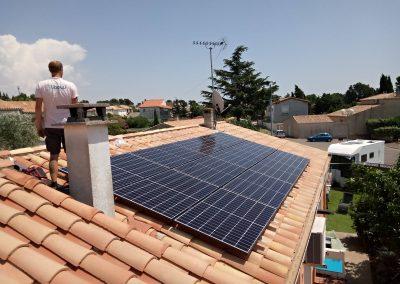Photo représentant une installation en autoconsommation sur la toiture d'une maison d'un particulier à La Redorte (11700), où l'on peut voir un de nos techniciens après une journée à installer 12 modules QCELLS, et 9 micros onduleurs Enphase IQ7.