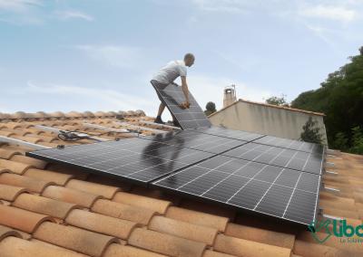 Installation solaire en cours avec techniciens Libow 2,97kWc - septembre 2020 - 34200 SETE - 9 panneaux Q-CELLS et micro-onduleurs IQ7+