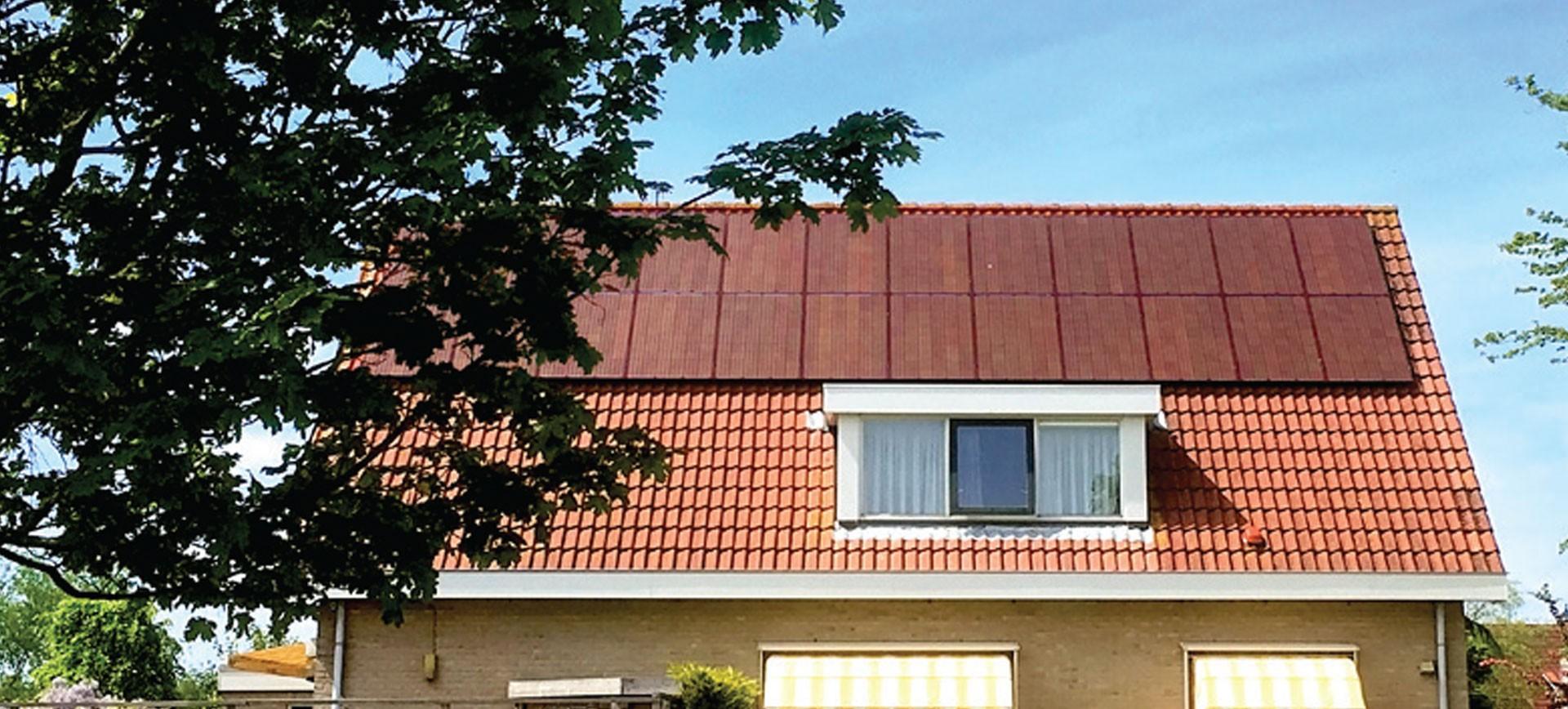 Sur cette image nous pouvons voir une installation solaire en surimposition avec des panneaux solaire BISOL Spectrum. Ces panneaux solaires couleur tuiles s'intègrent parfaitement à l'environnement naturel de votre maison